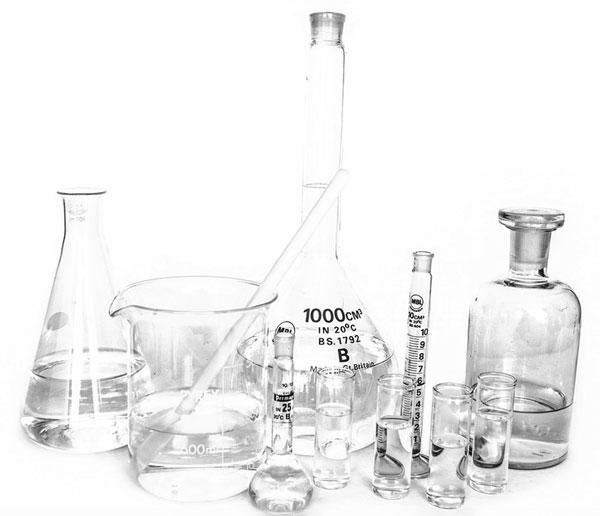 лабораторна стъклария - малка част от необходимите за химичен анализ работни материали