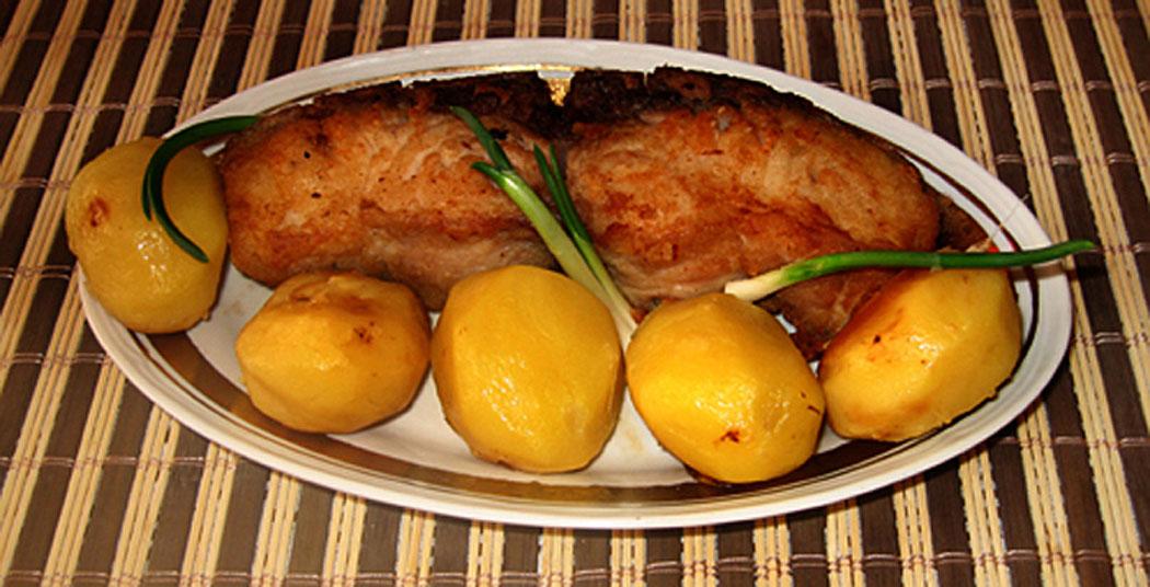 пържен шаран със задушени картофи