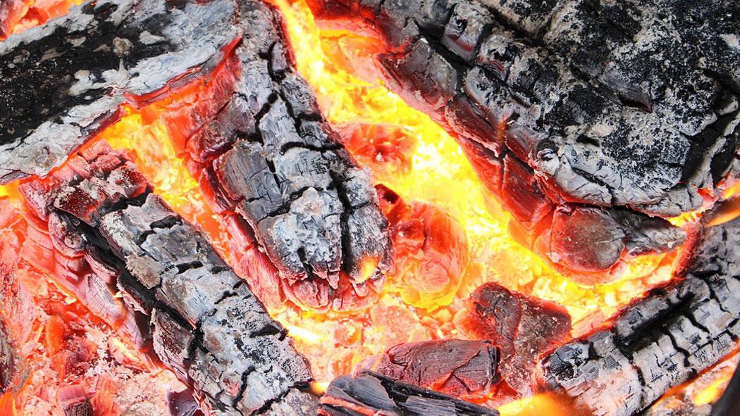 Живи въглени, палене на огън