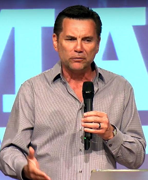 Майкъл Франзис по време на проповед
