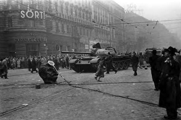 Унгарското въстание, съветските танкове в Будапеща