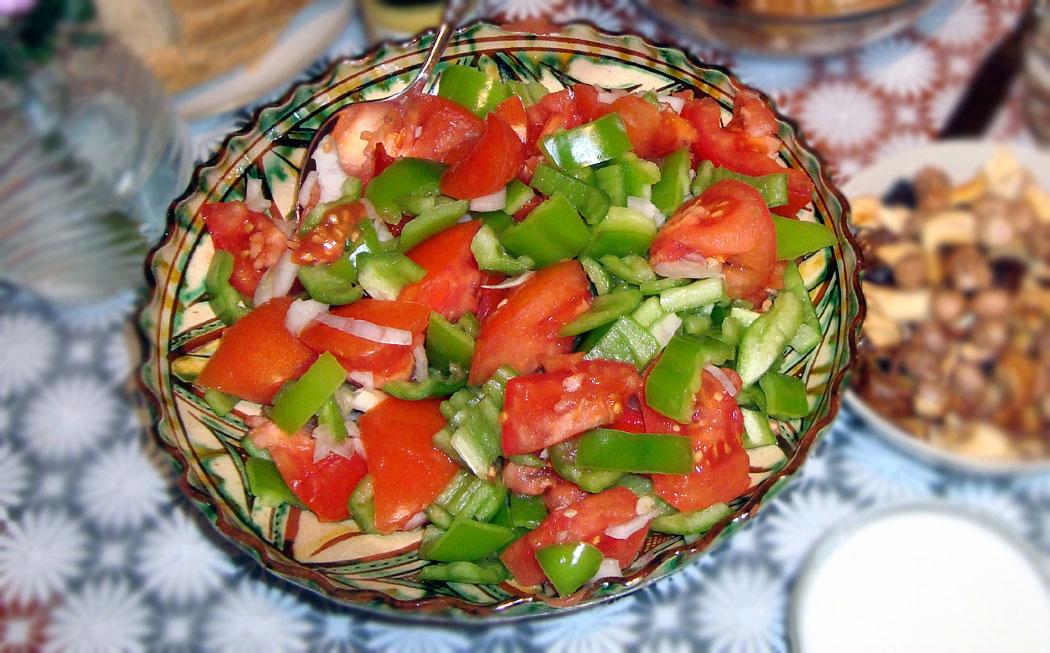 Салата домати, чушки и лук