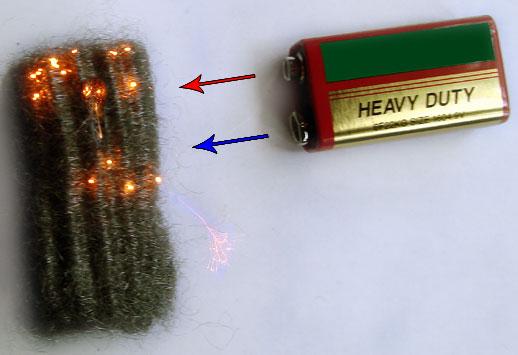 деветволтова батерия и стоманена вълна (тел за миене на съдове)