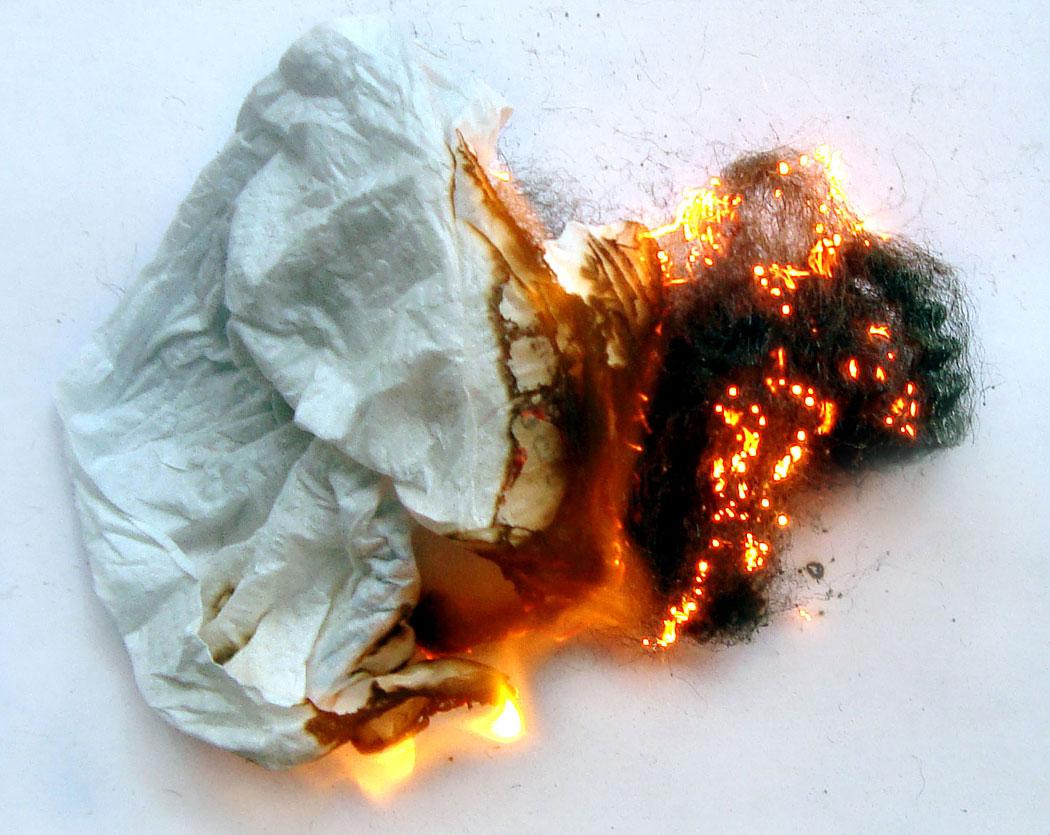 добавяне на разпалки към горящата стоманена вълна