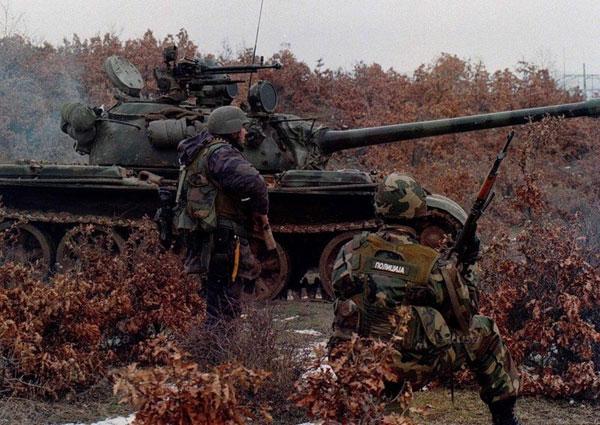 сръбската полиция, подсилена с военни части в опит да се справи с терористичната дейност на АОК