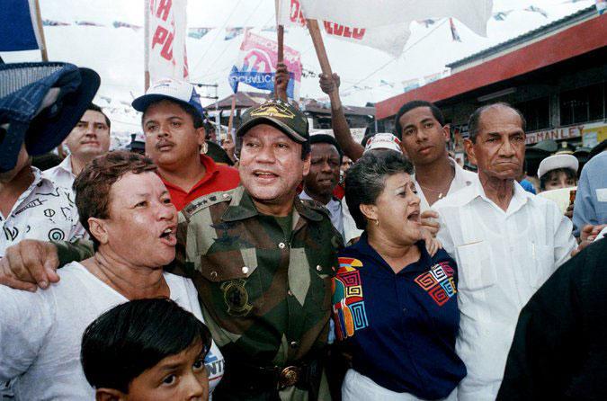 генерал Нориега сред поддръжниците си